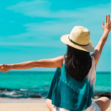 balance social, turismo, sostenibilidad, sustentabilida turística, sustentabilidad turistica, mujer feliz, mujer en destino turístico, mujer en la playa, consultoría turística, consultoría en turismo